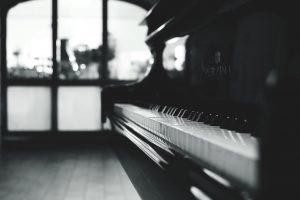 A black and white picture of a piano.