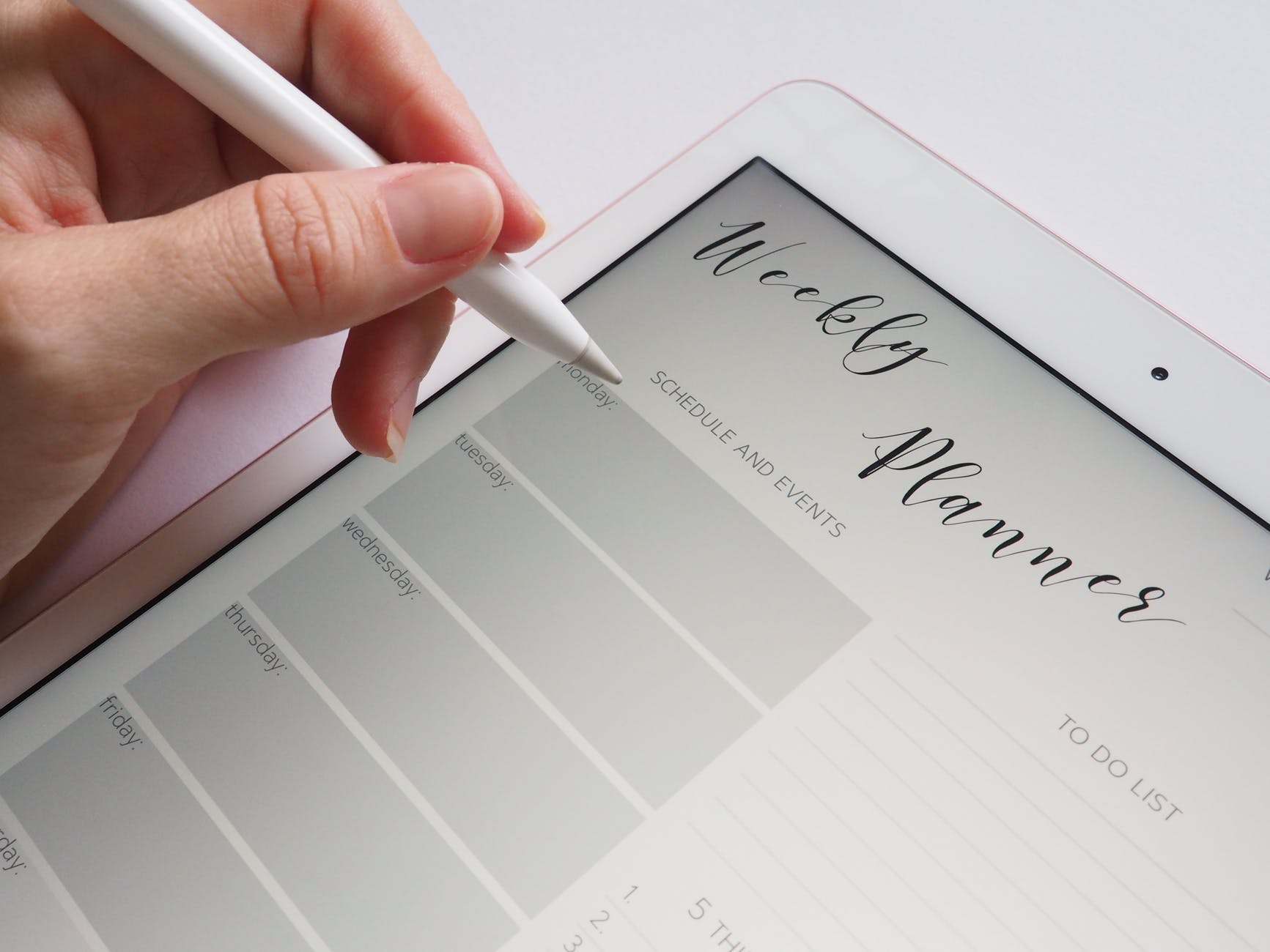 A tablet with a planning section opened. Making a perfect moving plan is easier than ever before.
